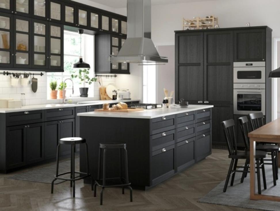 Эффектная черная кухня с черным островом