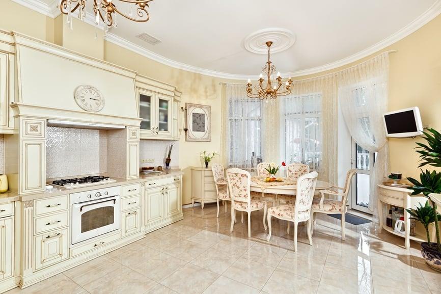 Кремовая кухня в классическом стиле