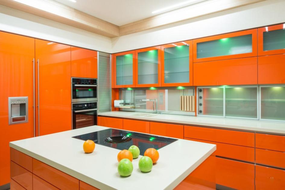 Кухонный гарнитур с глянцевой поверхностью