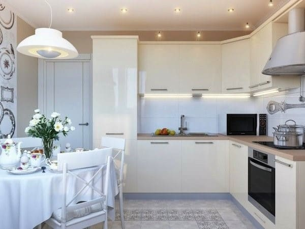 Белая кухня с белым фартуком