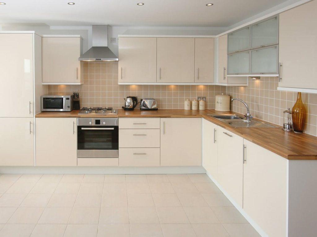 Кухня с фартуком бежевого цвета с деревянной поверхностью