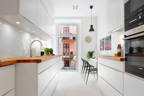 Белая кухня с белым фартуком и деревянной столешницей