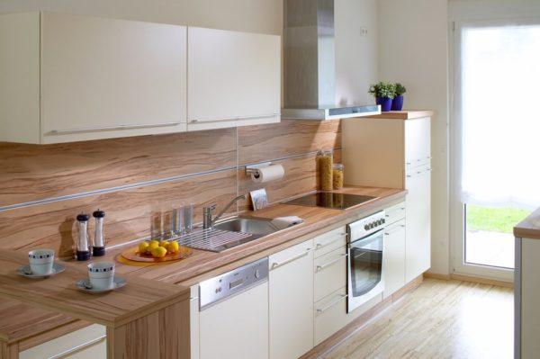 Кухня белая с деревом - дизайнерские решения в интерьере