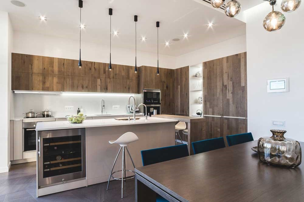Кухонное помещение часто объединяется с гостиной.