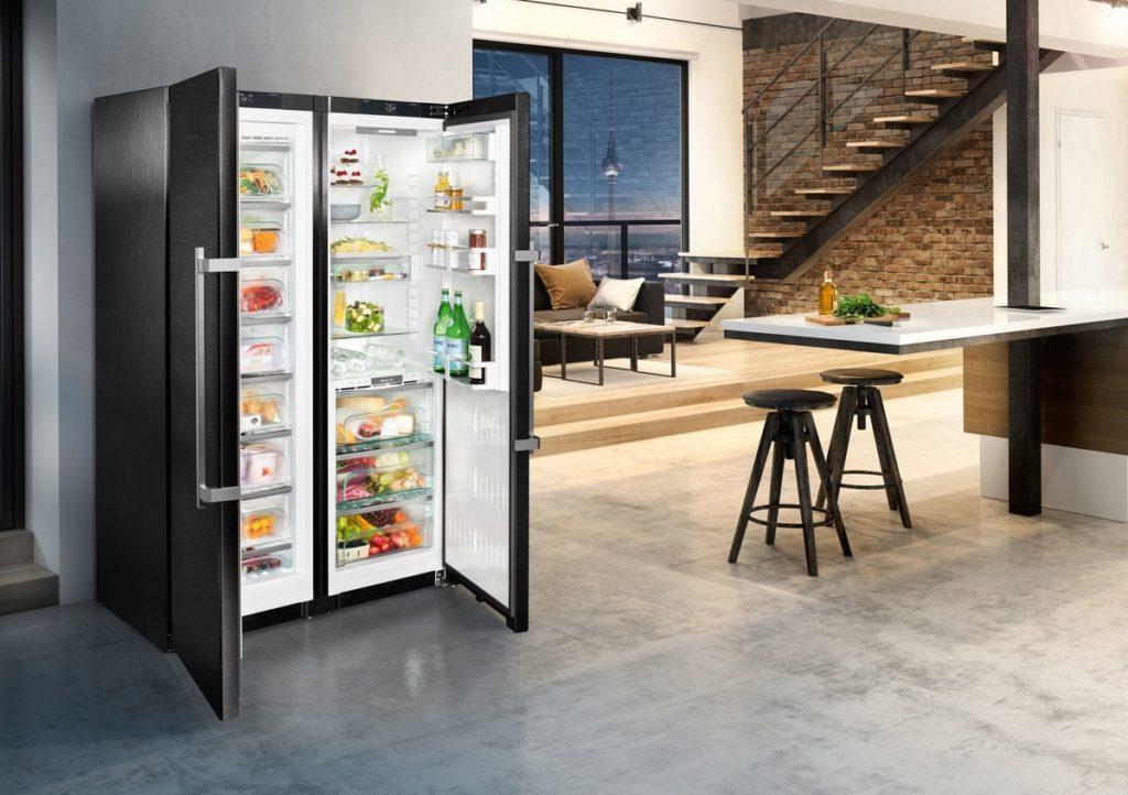 Дверцы открываются в разные стороны, поэтому холодильники устанавливаются в больших помещениях.