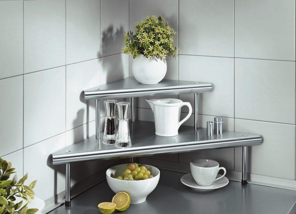 Кухня с открытыми полками из стекла быстро пачкается, поэтому требует регулярного ухода