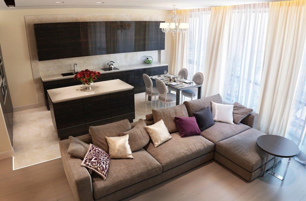 Уютный интерьер создается, благодаря удобным диванам и красивым журнальным столикам.