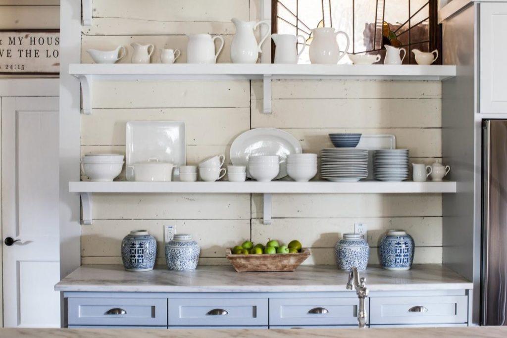 Полочки для кухни на стену часто устанавливаются в маленьких помещениях или в студиях, объединенных с другими комнатами
