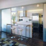 Нижний ярус кухонного гарнитура играет роль перегородки.