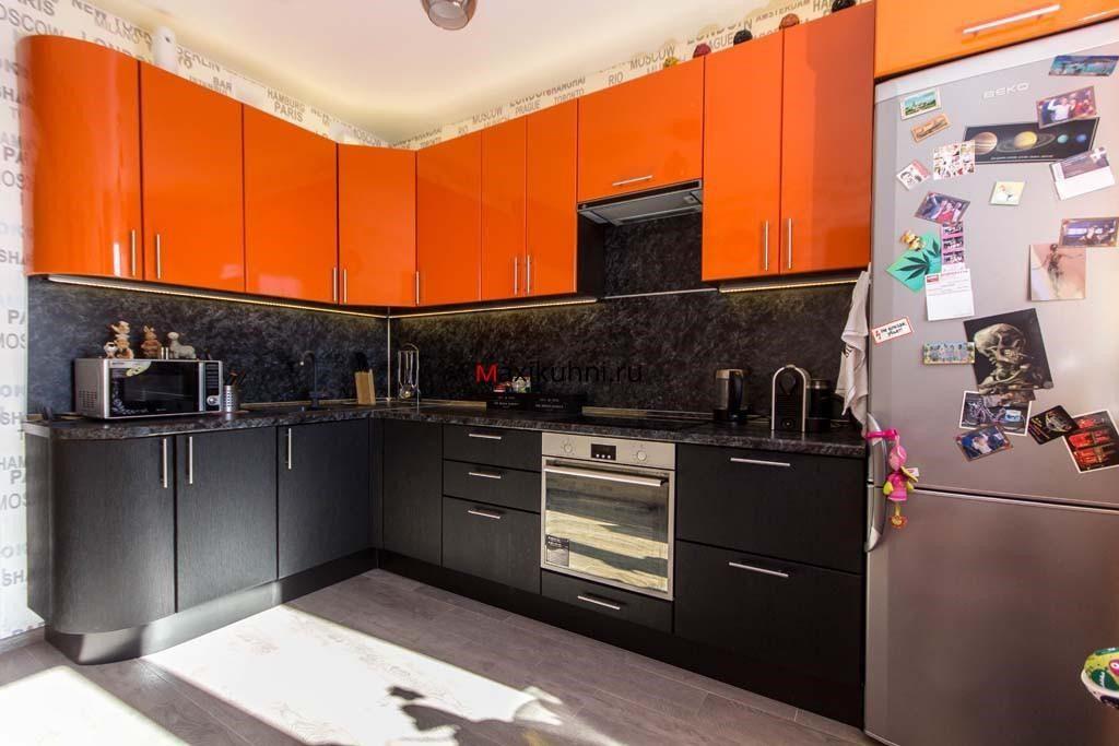 Можно покупать готовые фасады или изготавливать эти изделия одновременно с другими элементами кухонного гарнитура