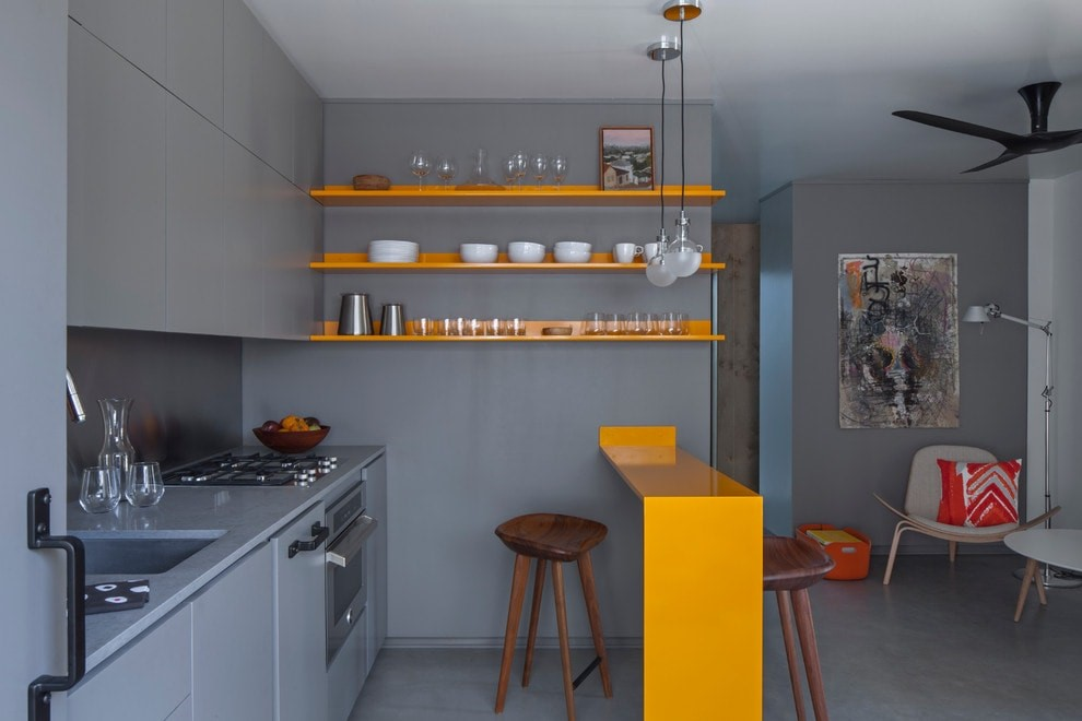 Зонирование с помощью обеденного стола подходит для проектирования маленьких помещений.
