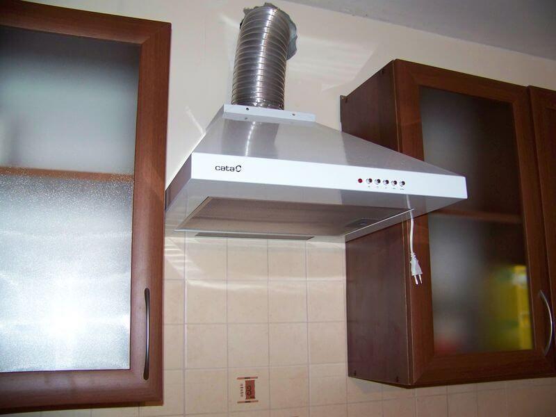 Идеально, когда варочная поверхность располагается прямо под вентиляционным отверстием