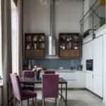Винтажные стулья вокруг стола используются в качестве объединяющего элемента.