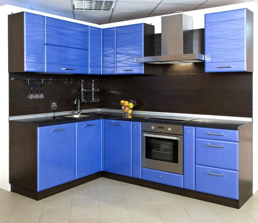 Черно-синяя кухня с серым фартуком