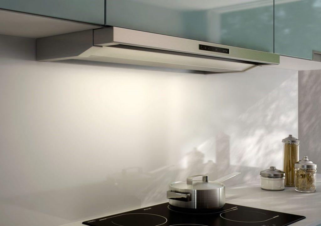 Вытяжка по площади должна перекрывать варочную поверхность, чтобы запахи готовящейся еды не распространялись в область гостиной.