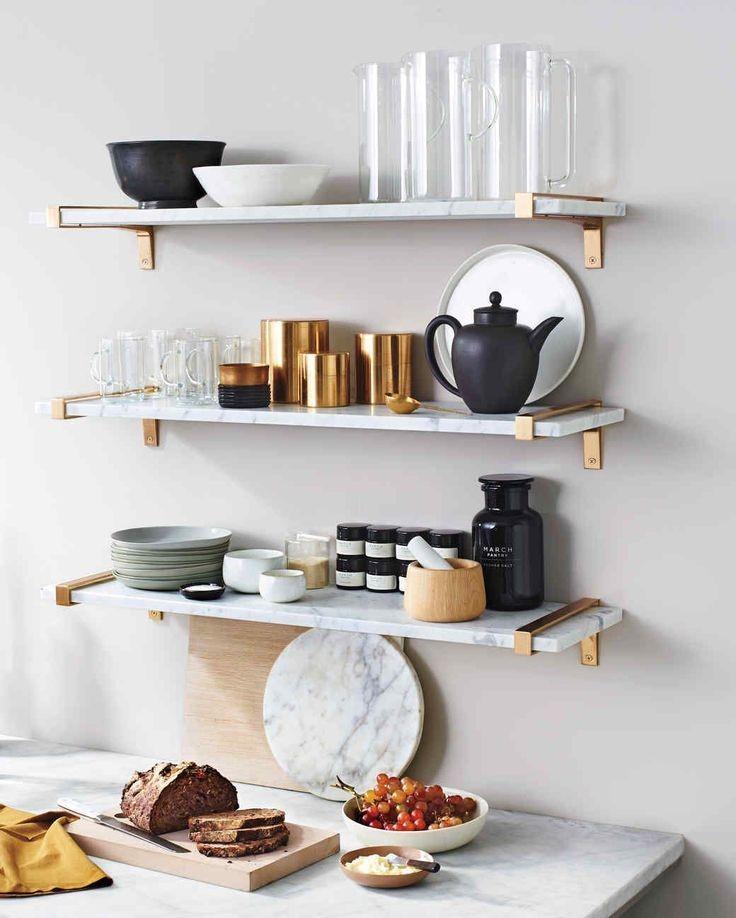 Нельзя переусердствовать при установке полок на кухне, чтобы помещение не стало похожим на подсобку