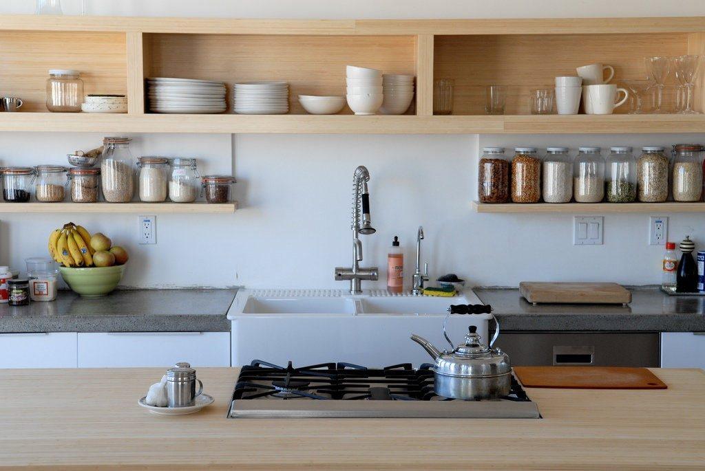Полки используются для складирования посуды, украшений или книжек с рецептами