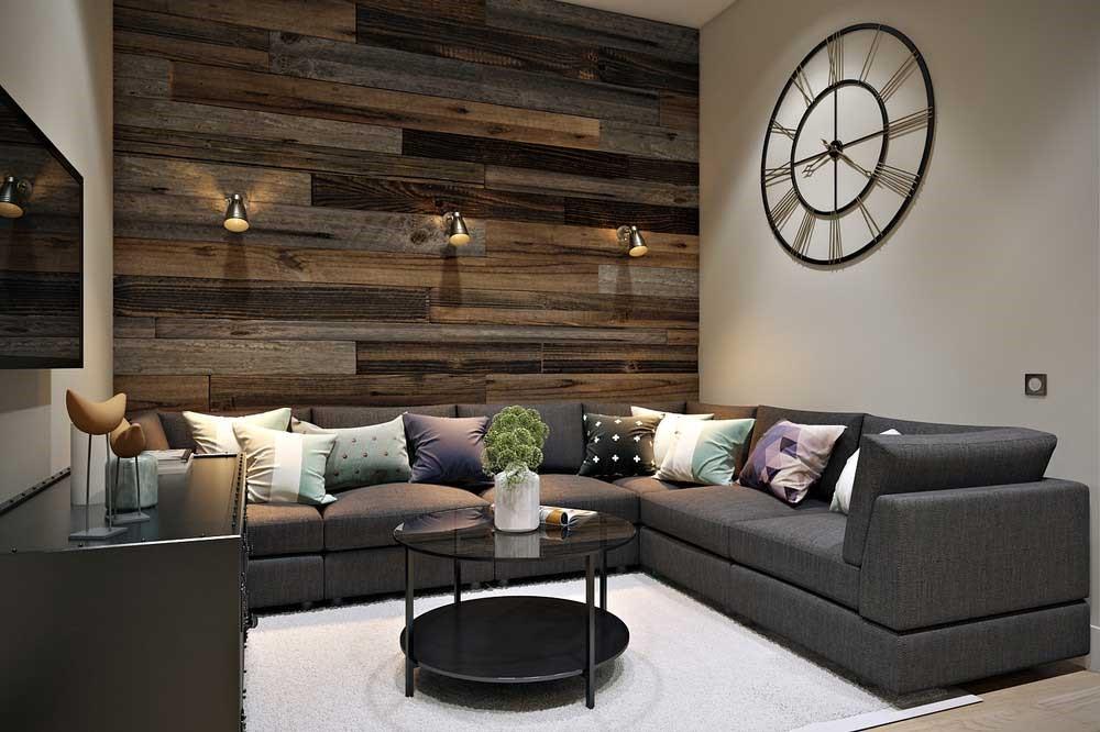 Дизайн кухни, столовой, гостиной в квартире украшается разноцветными подушками, люстрами и часами на стене.