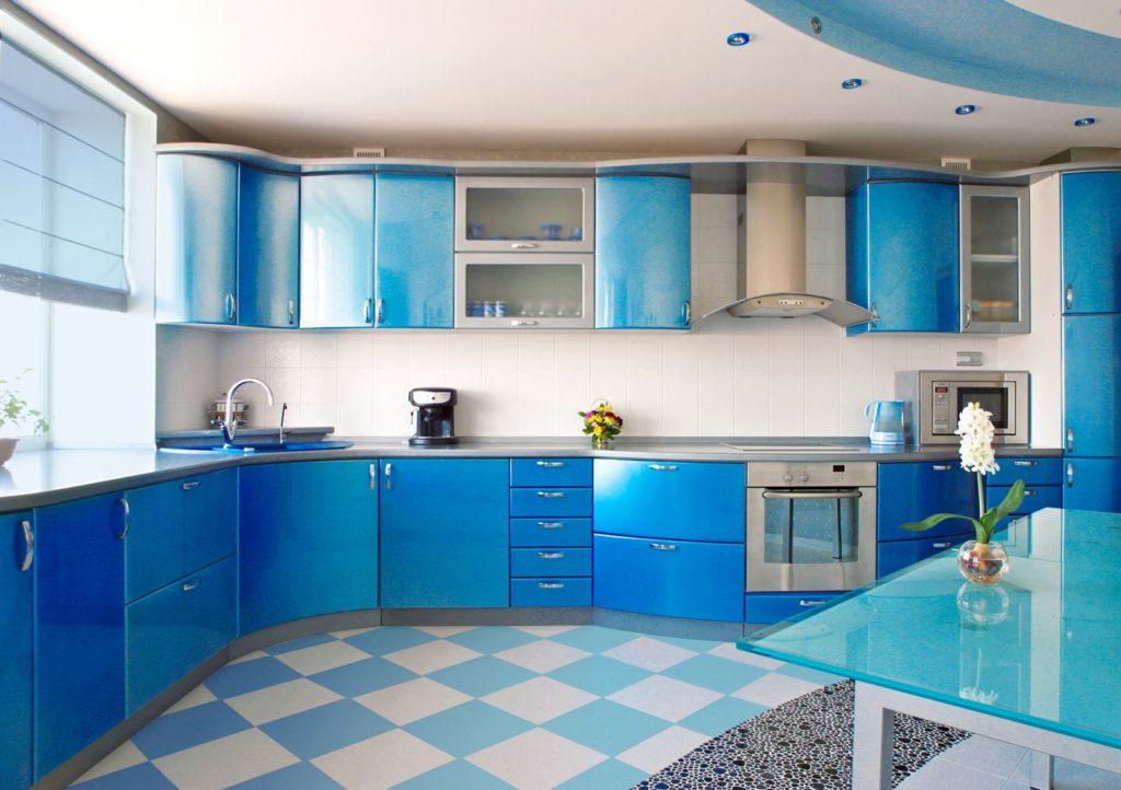 Бело-голубая кухня с наливным полом в виде ромбов