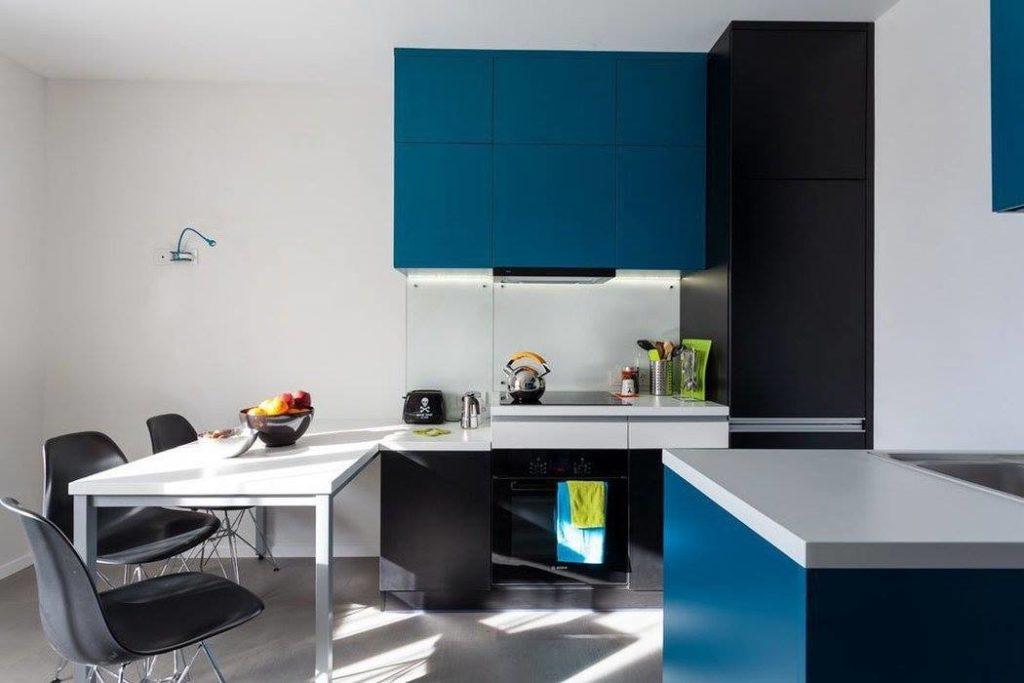 Сине-черная кухня в стиле хай-тек