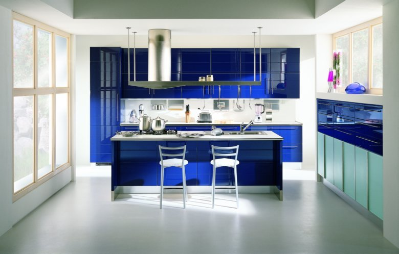 Бело-синяя кухня с большим панорамным окном