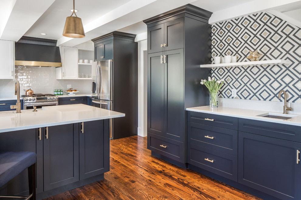 Темно-синяя кухня с белым акцентом на нижней части гарнитура