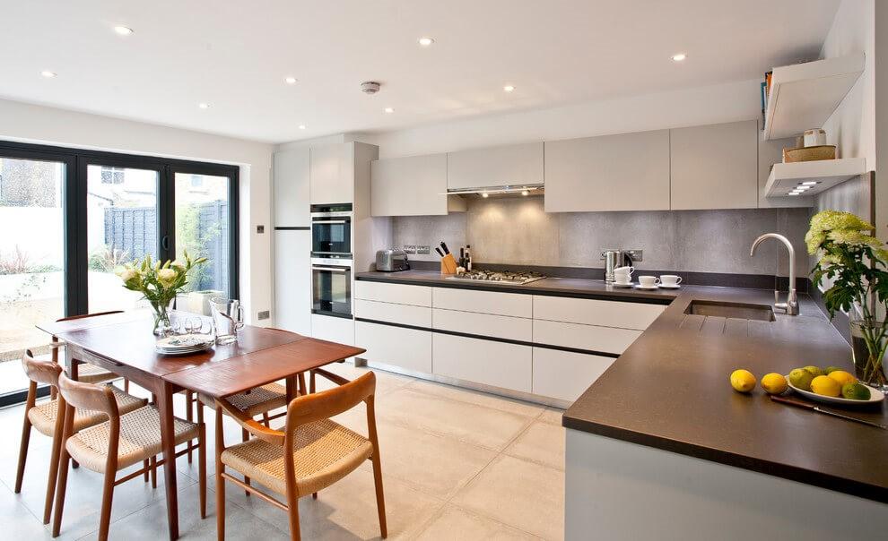 Г-образная кухня, установленная в частном доме, считается самой эффективной, поскольку ее элементы формируют треугольник