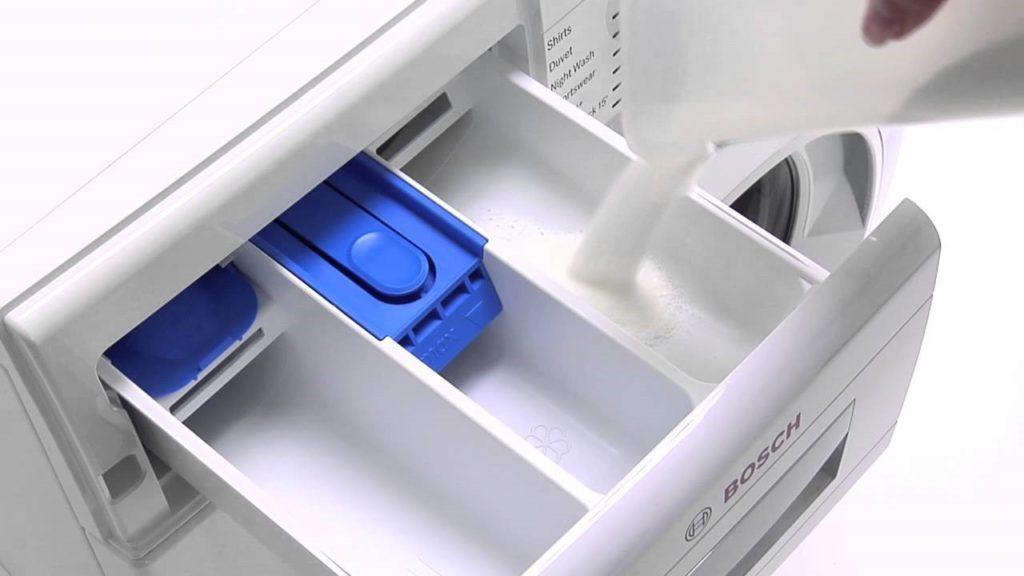 Такое решение позволяет оставить место для выхода отсека загрузки стирального порошка