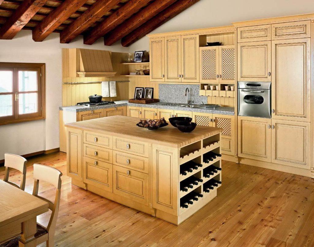 Пристеночная панель создается из плитки или пластин, имитирующих древесную текстуру