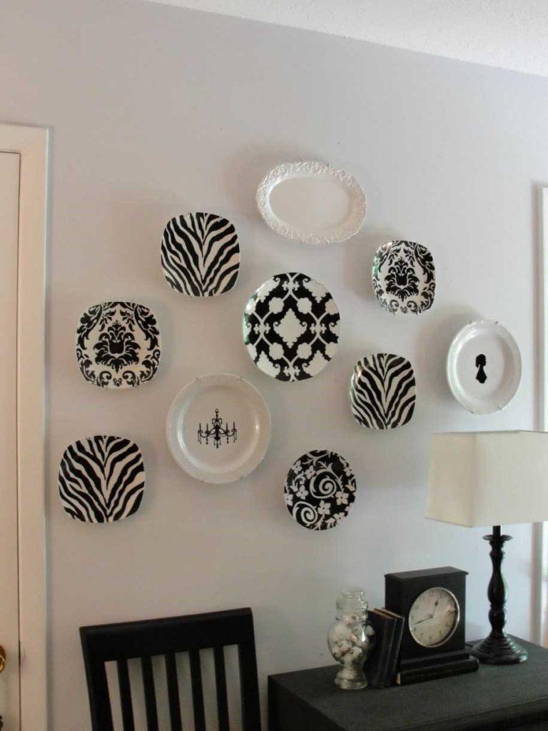 Разделочные доски, скалки, подносы украшают стену