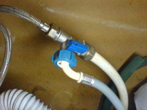Перед установкой прокладывается водопроводная труба или переходник для подключения