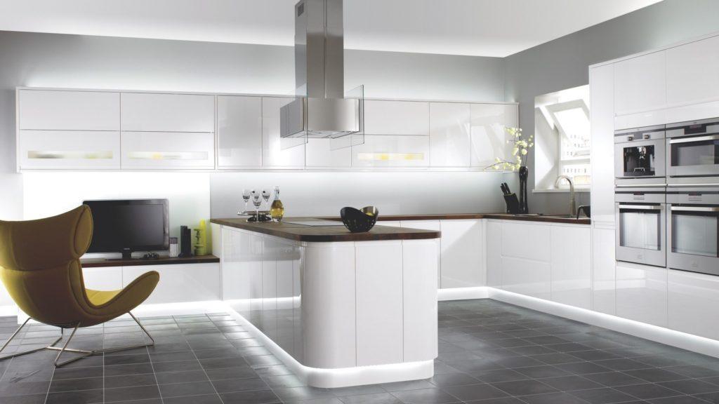 Светлый глянец прекрасно сочетается на кухнях в стиле модерн