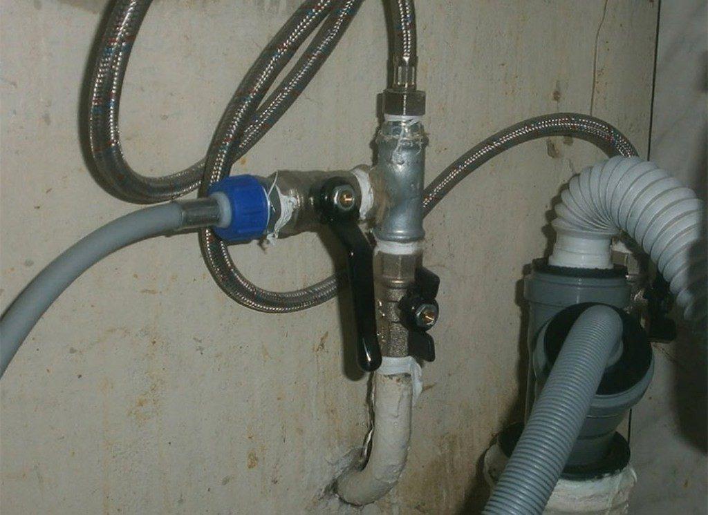 Металлический или пластмассовый тройник устанавливается на канализационной вывод