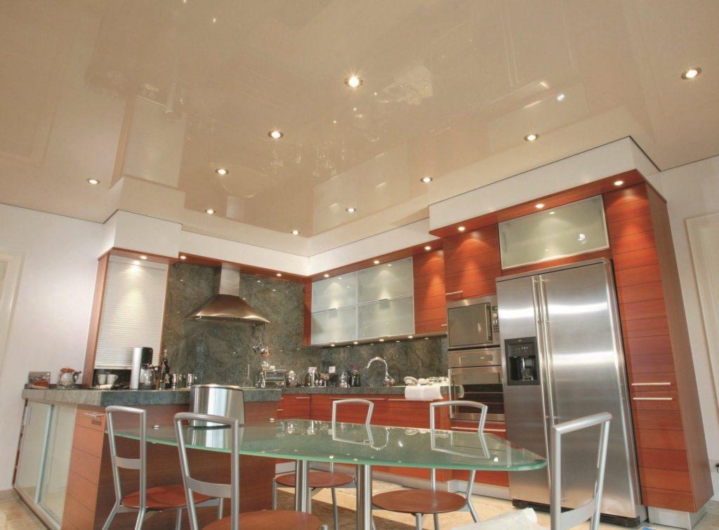 Натяжной потолок позволяет визуально расширить пространство