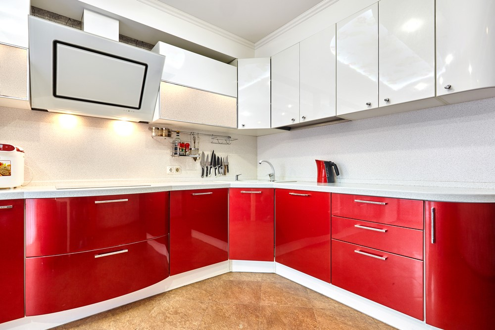 Бело-красный глянец с коричневой плиткой на полу