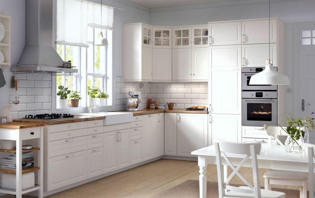 При оборудовании кухонного гарнитура используется минимальное количество декораций и элементов мебели