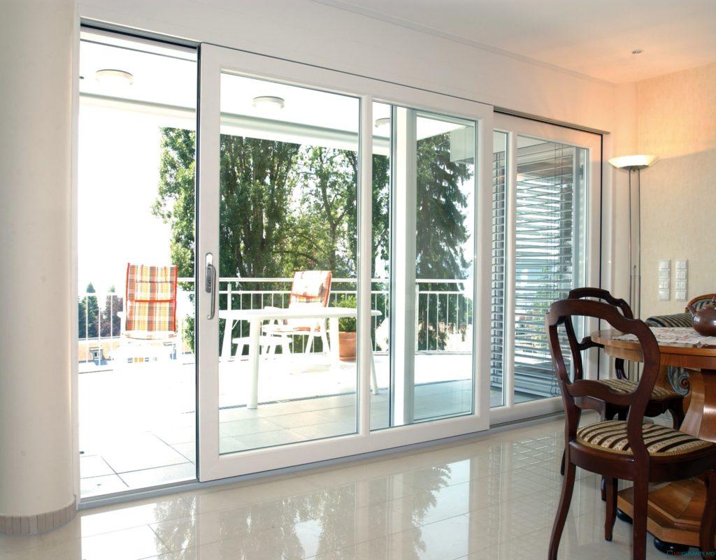 Прозрачная дверь с крепким стеклом ставится вместо окна или обеспечивается полноценный выход на террасу