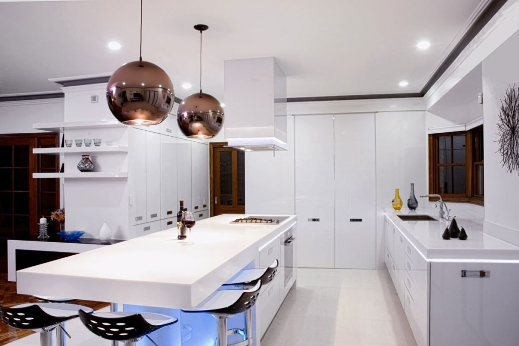 Правила установки освещения нужны для регулирования интенсивности бликов на дверцах