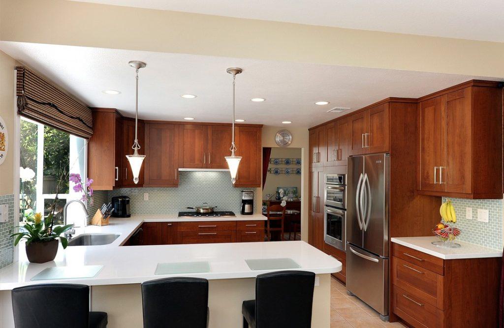 Угловые кухни в частных домах прекрасно сочетаются с островами и полуостровами