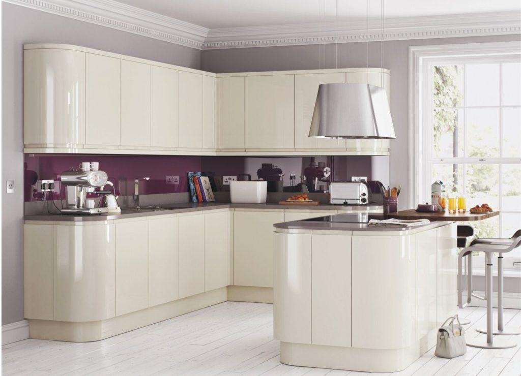 Белая глянцевая кухня в современном стиле из слоновой кости