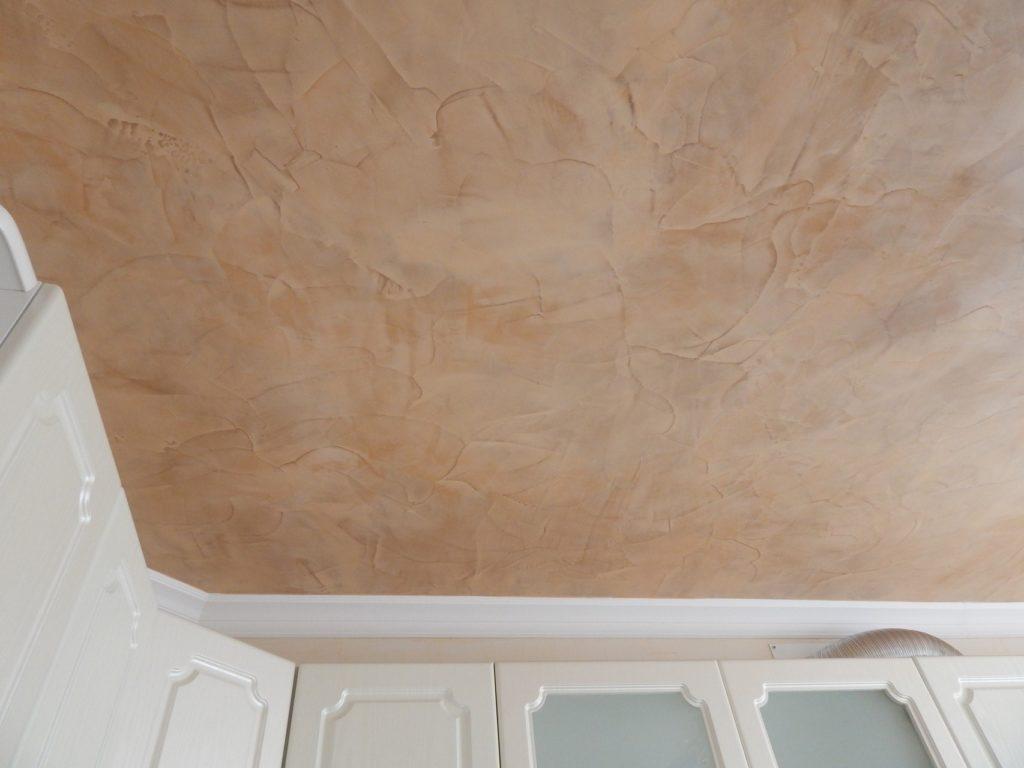 Декоративная штукатурка пользуется широким спросом при отделке потолка