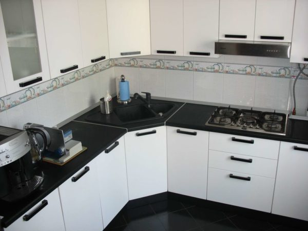 Дизайн белой кухни с черной столешницей - идеи сочетания с фартуком и обустройство интерьера