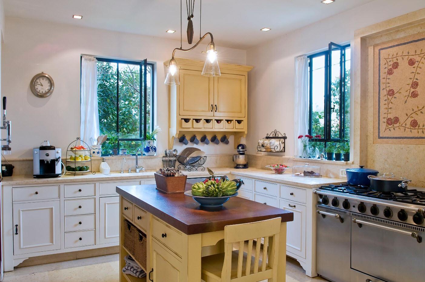 Интерьер кухни с двумя окнами на смежных стенах.