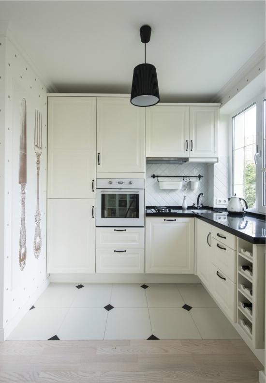 Кухня в хрущевке с высокими подвесными шкафами