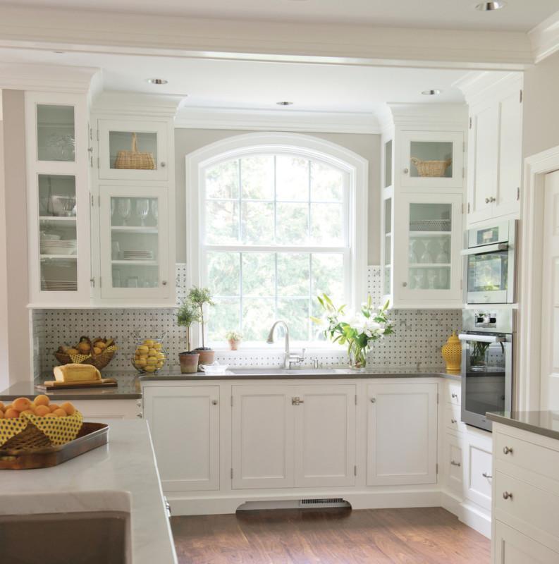 Г-образная кухня с окном.