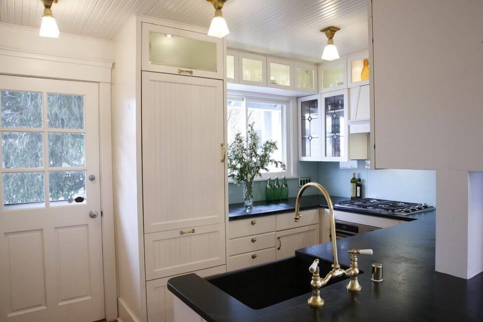 Шкаф-пенал и интерьере кухни с окном