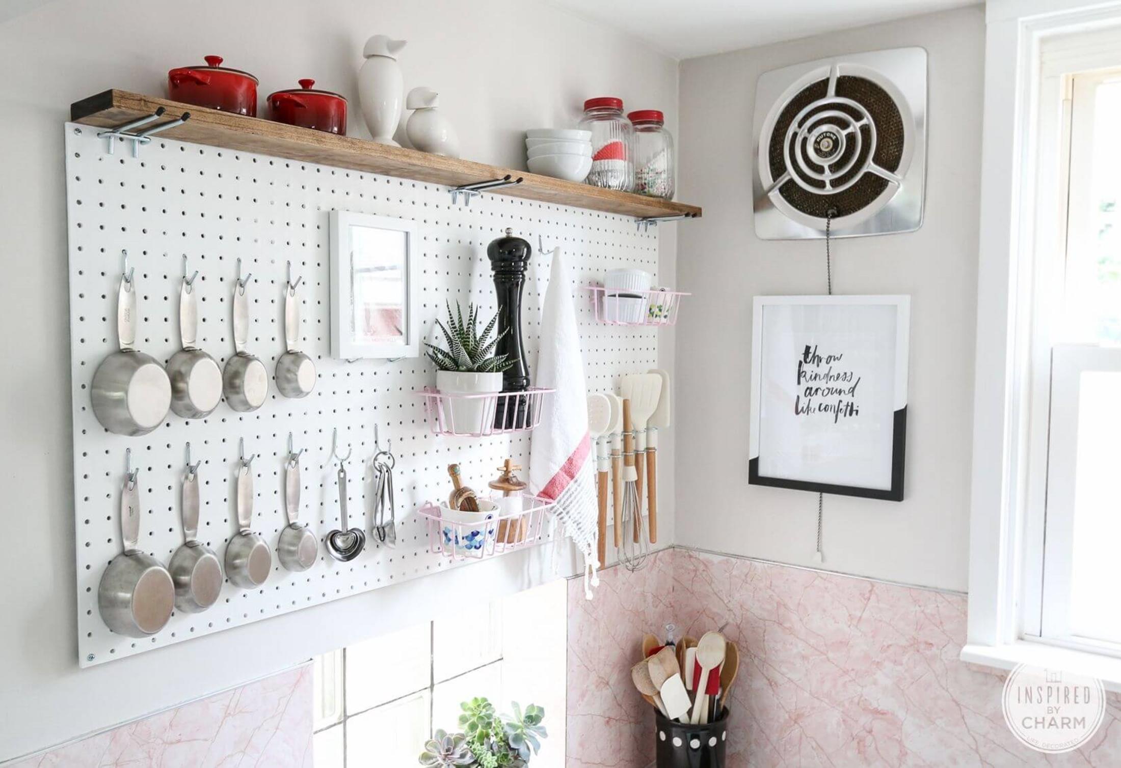 Перфорированная панель на кухне