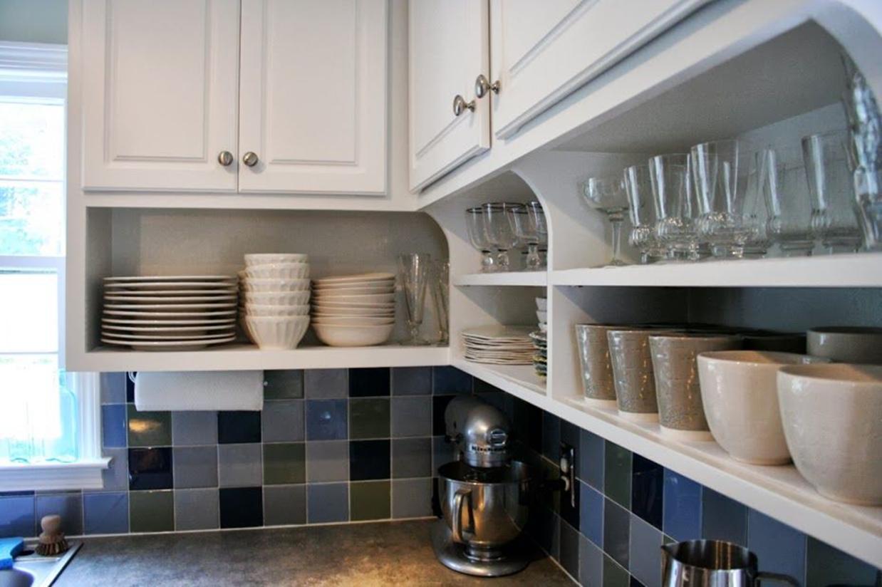 Полки с посудой под навесными шкафами