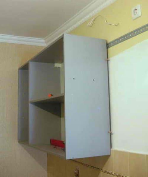Пример крепления навесных шкафов над фартуком