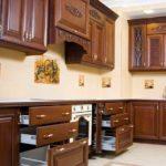 Классическая кухня из темного дерева